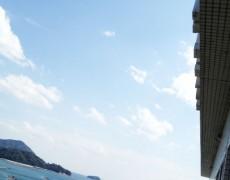 バルコニーから海を望む