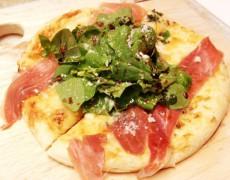 新メニュー「ルッコラと生ハムのピザ」です